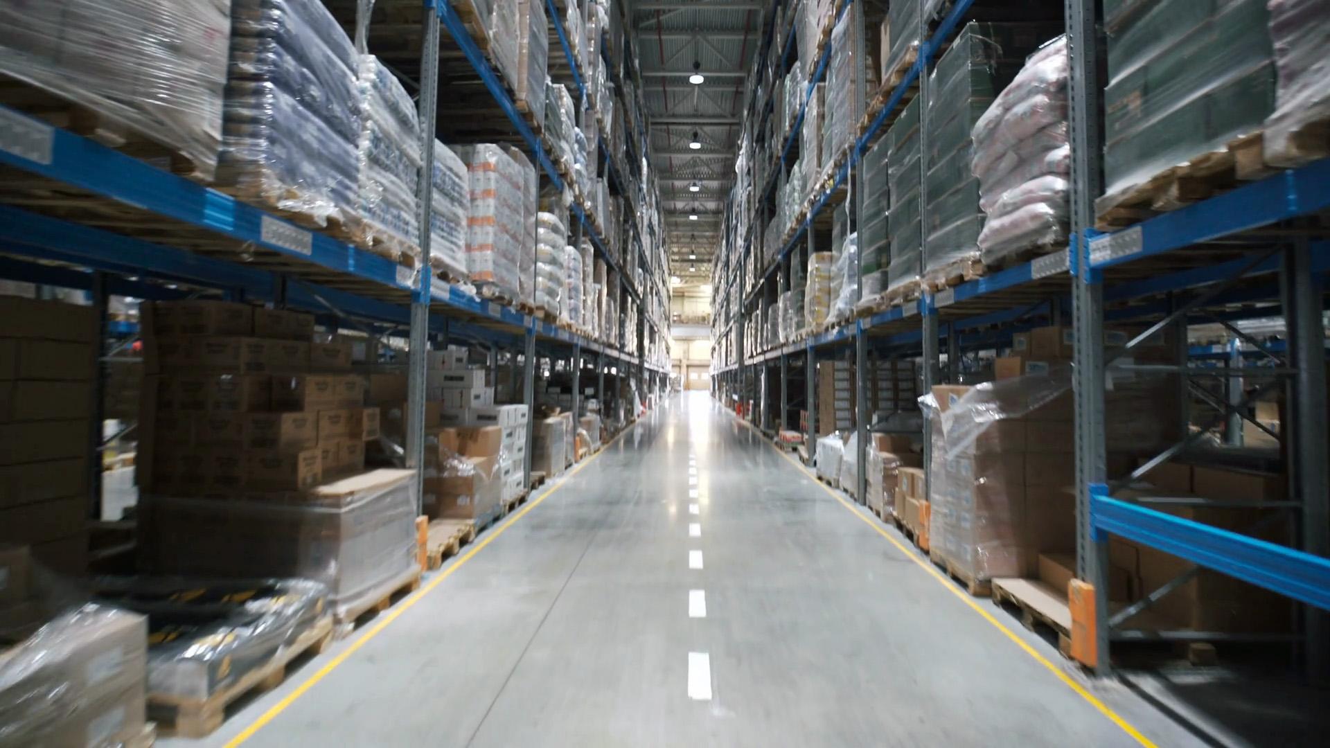 Realiza una instalación estratégica de los pasillos del almacén y de la estantería