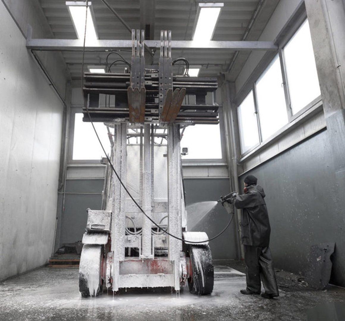 Cómo limpiar de manera segura los equipos de montacargas