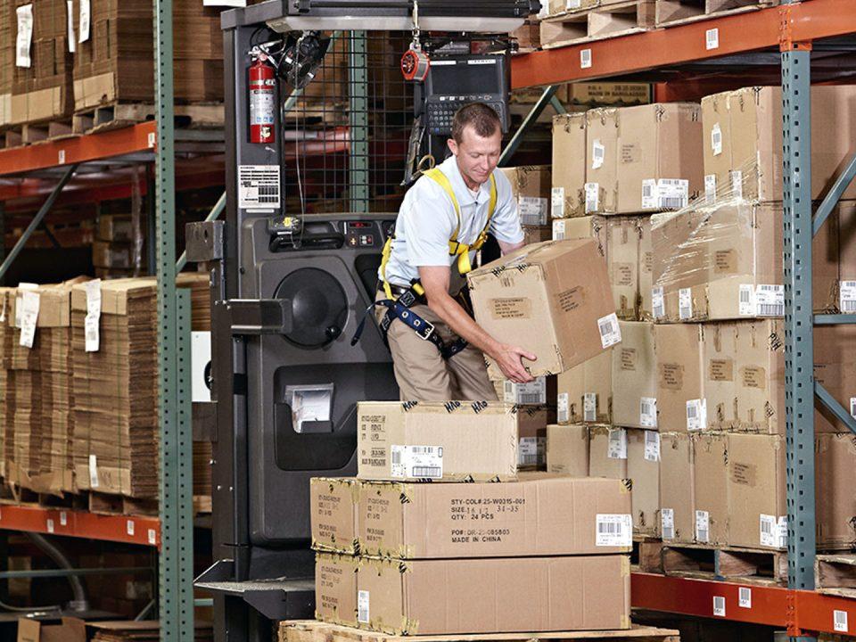 Cómo operar de manera segura equipos de montacargas order picker