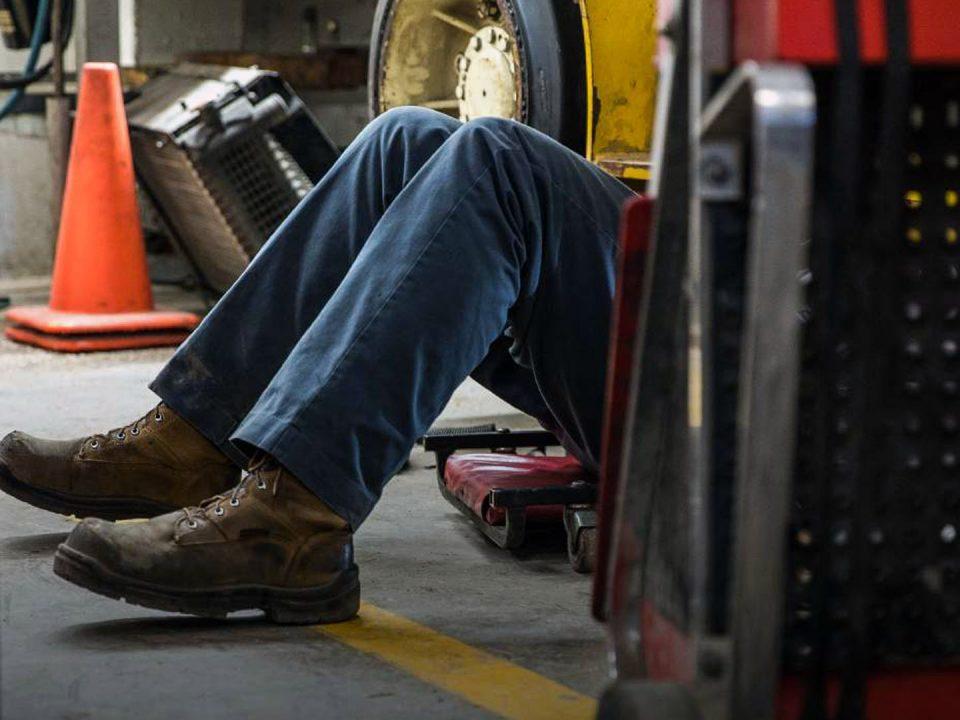 Porqué deberías reparar de inmediato las fugas de aceite del montacargas