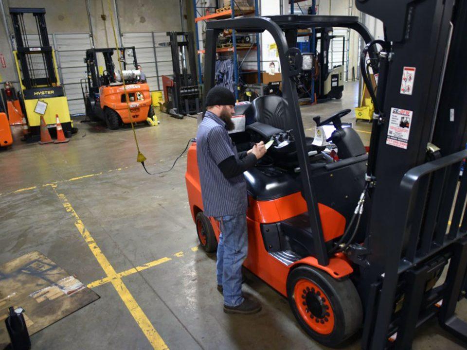 Cómo evitar 5 riesgos de las baterías industriales para montacargas